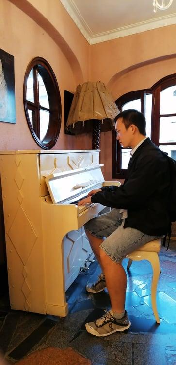 Piano spielen im Crazy House